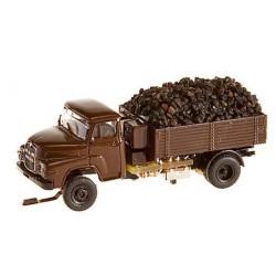 Camión clásico MAN 635 con carbón